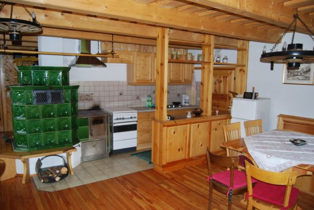 Stube mit Küche und Kachelofen
